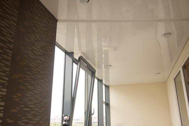 Причины установки натяжного потолка на балконе